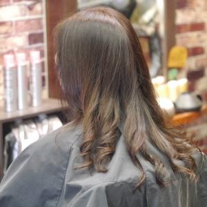 2015年に初めてクルクルに来店された頃はゴワゴワだった髪質も、今は柔らかくなってしなやかに♪