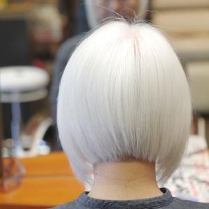 自然な状態(ナチュラルヘアー、グレイヘアー、白髪)にするのが流行ってる?