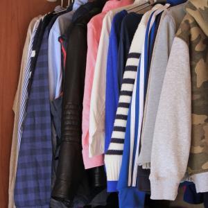"""衣替えが一気にラクになる!ズボラでも管理しやすい、""""つっぱり棒""""で服収納。"""