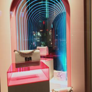 銀座 フルラ マジックミラー効果でバッグが永遠と続くディスプレイ カラーヴァリエーションが魅力