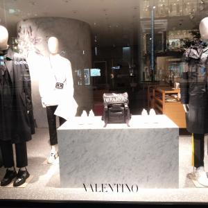 モノトーン VS 多配色 色の戦いが始まる銀座 Valentino イタリアの花はちょっと派手だ
