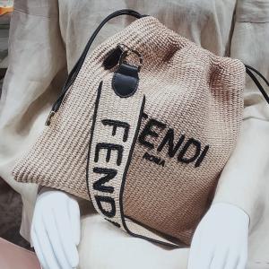大きなロゴ 今年の夏は、大流行の予感 銀座 フェンディ GINZASIX フランス FENDI