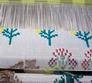 絵織り・・壁掛け(秋の七草)を 織っています。・・2
