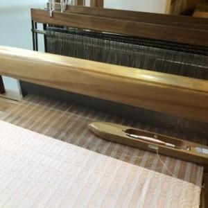着尺を織り始めています