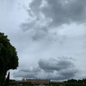 グレーの空が広がる5月のベルサイユ