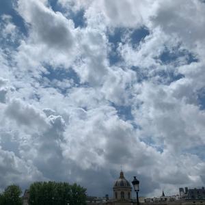 パリ・サンジェルマンデプレのテラスで雨宿り
