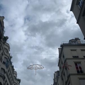 パリのグレーな夏の空に浮かぶ海のモチーフ