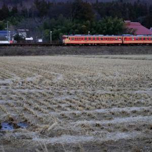日没の頃のあまや駅を通過する、会津鉄道を往く急行色キハ47・48の急行「おおかわ」号を撮る!