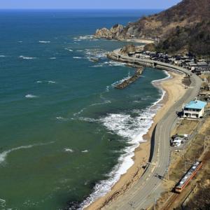 快晴の日本海と、羽越本線を往く急行色のキハ40を撮る!