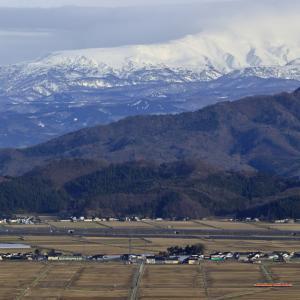 真っ白な月山と急行色のキハ40