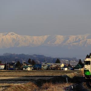 飯豊連峰と只見線のキハ40