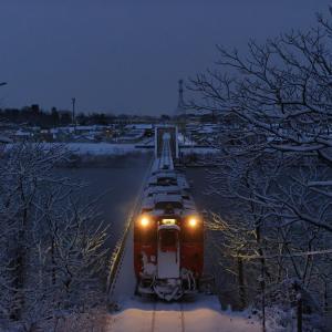 雪の米代川を渡る、首都色のキハ40