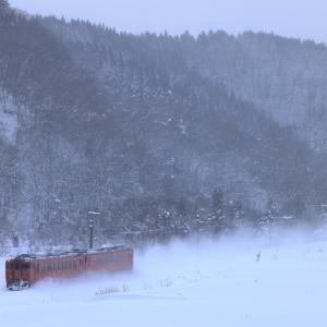 雪の奥羽本線を北上する、タラコ色のキハ40を撮る!