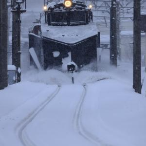 大鰐駅を発車したキ105雪かき車を撮る!
