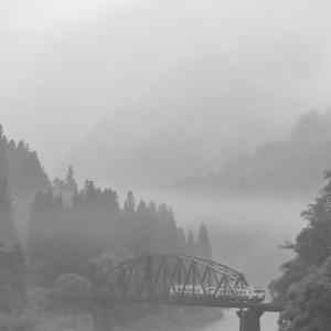 霧の只見川第四橋りょうとキハ40