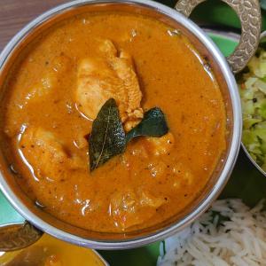 ワルタラチャ チキンカレー (Varutharacha Chicken Curry)