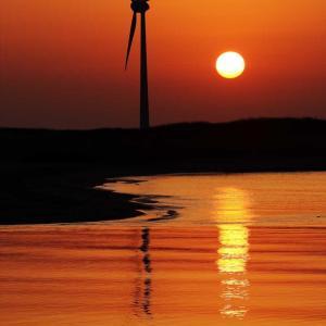 風車のある酒田港の夕暮れ