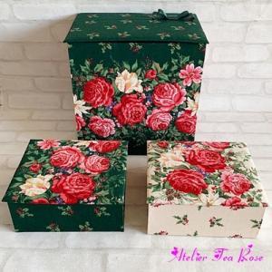 赤いバラが鮮やかなボックスたち