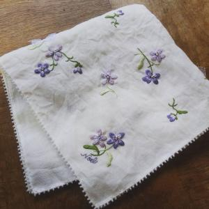 「絹糸刺しゅうのすみれのハンカチ」キット予約販売のお知らせ♪