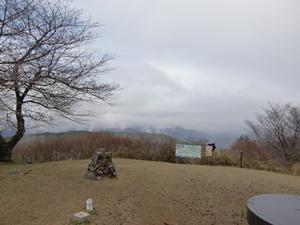 山頂桜はまだ蕾の浜石岳