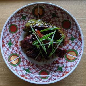 スペアリブの黒酢煮とソーキそば