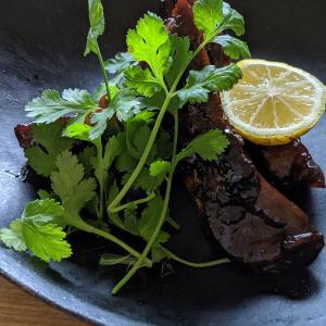 スペアリブの黒酢豚とキノコ蕎麦
