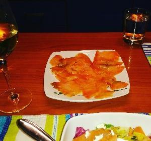 やっぱりサーモンには白ワイン❤美味しい~てかイタリア、魚の種類が少ない〈笑)