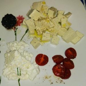 大好きなアペリティーボ❤リコッタチーズ・豆腐・オリーブペースト(頂いた手作り)・ミニトマト。それ