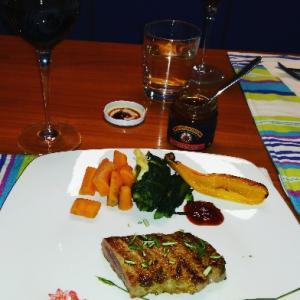 赤ワインと伴にステーキデイナー❤頂いた赤オニオンジャムがかなり余ってるので、グリル野菜と。でもや