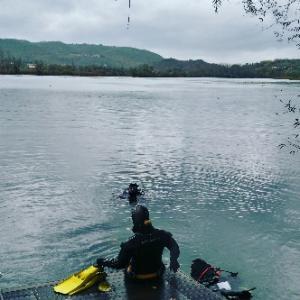 湖にきてます❤今日はめっちゃ天気悪く雨、、PGインストラクターはコースあるのでスキューバダイビン