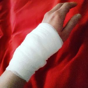 火傷した、、しかも痛い。PGが思ったより心配してくれ薬局で薬に包帯にとぐるぐる巻にしてくれ、気遣