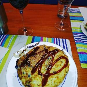 お好み焼した〜ソースは日本から持ってきたやつ(*^^*)赤ワインと合わせて美味しかった♥