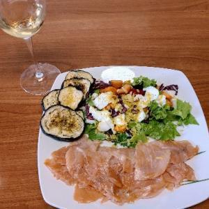 イタリアに住んでからサーモンばかり食べてる気がする。白ワインとサーモンが最高焼き魚していかない
