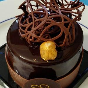 金箔ヘーゼルナッツののった美味しい芸術チョコムースケーキ☆Pasticceria Gruè