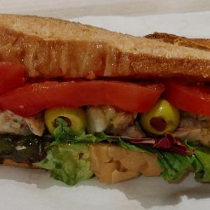 ヴィロンのツナオリーブのバゲットサンド(サンドイッチ•デテ)♥ハラペーニョソースも追加して、後で