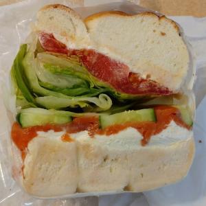 マルイチベーグルのサーモンとクリームチーズのベーグルサンド♥ベーグルは周りは固く中はもっちりタイ