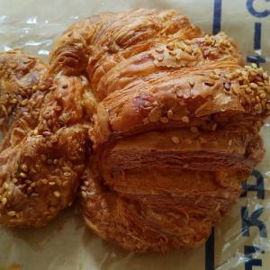 ザシティーベーカリーのプレッツェルクロワッサンでハム卵サンドイッチ作♥胡麻と岩塩ののってて美味