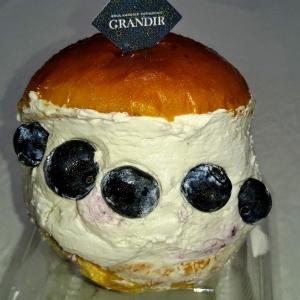グランディールのブルーベリーマリトッツォ♥今月限定ブルーベリー、ジャムも入っててすごく美味しい☆