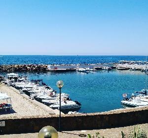 また週末は海でスキューバダイビング(^^)かなり暑い(笑)ホテル内で休憩してます。イタリア人は海
