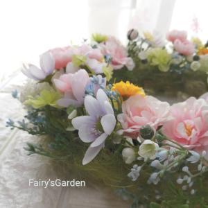 パステルカラーの小花を集めたふわふわリース