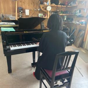 生徒さんとグランドピアノの試弾