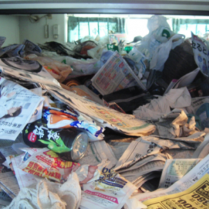 ゴミ屋敷の住人は天井の間のわずかな空間で生活する