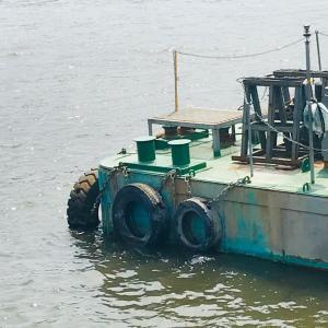 台船浮かぶ