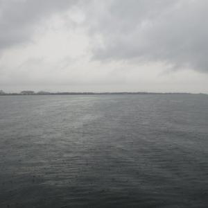 10月8日の琵琶湖 台風の影響?冷たい雨でした。