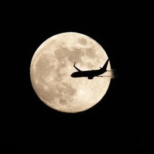 6月の月と飛行機②