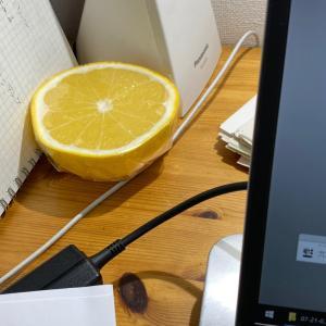 机の上にグレープフルーツ