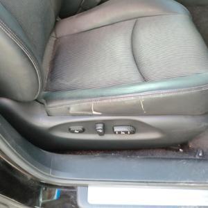 運転席座面サイドレザーの破れ