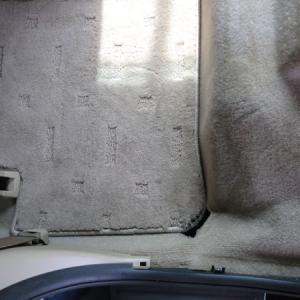 フロアカーペットの大穴