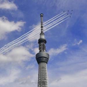 パラリンピック開会式のブルーインパルス展示飛行の予行