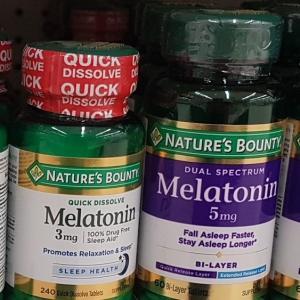 睡眠ホルモンのメラトニン!日本では処方箋、アメリカではサプリメント。